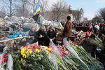 На баррикады в центре Киева несут цветы в память о погибших