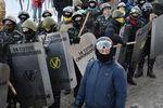 Самооборона Майдана снимает маски и убирает элементы оружия