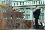 В Днепропетровске участники митинга оборвали фото погибших на Евромайдане