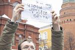 В России задерживают митингующих в поддержку Украины, а из Москвы отзывают послов
