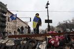 В Киеве начали разбирать баррикады