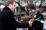 В Одессе девушкам дарили тюльпаны и просили сохранить целостность Украины
