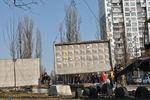 В Киеве начали демонтировать забор на скандальной стройке