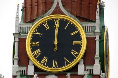 С апреля Крым сверяет время по Кремлёвским Курантам, а рубль и гривна имеют официальный статус