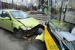 Лобовое столкновение легковушки и автобуса на Соломенке: фото с места событий