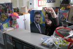 В Донецке раскупают украинские флаги, а для истории берут портреты Януковича