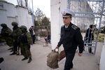 Турчинова и Яценюка просят немедленно решить судьбу украинских военных в Крыму