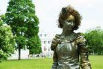 Одесситка фотографирует ожившие скульптуры