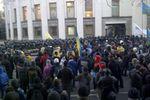 Сотни человек пикетируют Раду с требованием люстрации и отмены утильсбора