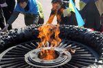 """Активистка одесского Евромайдана сожгла на Вечном огне """"георгиевскую"""" ленту"""