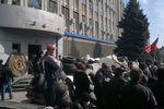 В Луганске пророссийские активисты раздают оружие детям