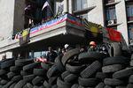 """В Донецке сепаратисты спят на баррикадах и ждут автобусы с """"бандеровцами"""""""