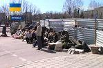 В Луганске активисты продолжают удерживать здание СБУ