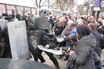 Как пророссийские активисты в Харькове напали на милицейский автобус