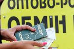 Курс валют на 9 апреля: Доллар в обменниках подорожал на 10 копеек