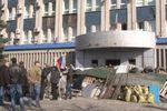 В Луганске продолжается митинг возле СБУ, центр города частично перекрыт