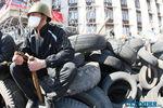 Захват Донецкой ОГА: митингующие греются возле бочек, а на площади появились коммунисты