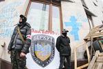 """В Донецке при входе в захваченную ОГА обыскивают и заставляют """"дыхнуть"""""""
