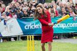 Герцогиня Кэтрин в юбке и на каблуках сыграла в крикет