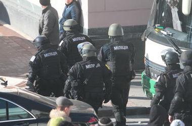 """Бывших бойцов """"Беркута"""" в Киеве забросали яйцами"""