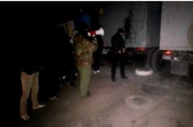 В Мариуполе люди в масках штурмуют воинскую часть