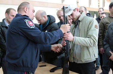 В Ровно милиционеры учат добровольцев, как пользоваться автоматом Калашникова