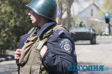 """Очевидцы о захвате воинской части в Мариуполе: """"Один из раненых забежал в подъезд дома и там умер"""""""
