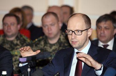 Яценюк призывает захвативших админздания на востоке Украины сложить оружие