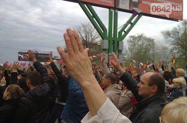 В Луганске митингующие возле СБУ пророссийские активисты заявили, что с ними Путин и Христос