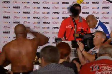 Шеннон Бриггс сорвал пресс-конференцию Кличко и запустил в него своей футболкой