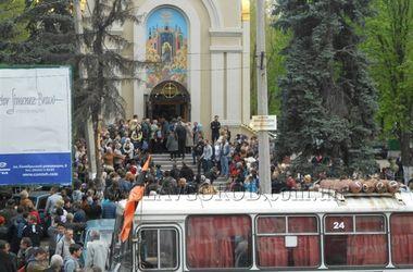 В Славянске простились с погибшими на блокпосту в ночь перед Пасхой