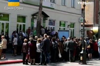 Крымчане выстраиваются в тысячные очереди перед банками