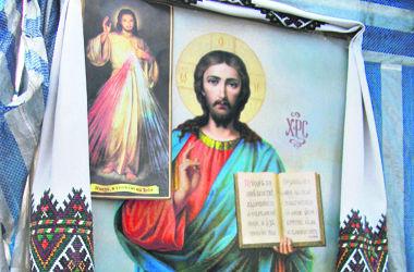 В церковной палатке на Майдане замироточили иконы