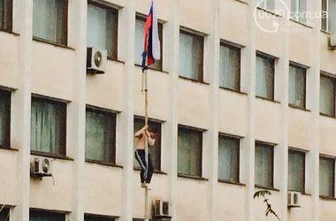 Захватчики вернули флаг России на здание Мариупольского горсовета
