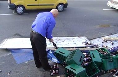 Предприимчивые киевляне набросились на дармовое пиво, выпавшее из фуры