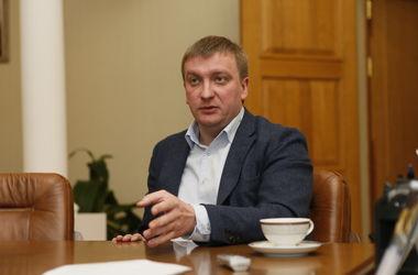 В гостях у чиновника: глава Минюста получает 6 тыс грн и ночует на работе