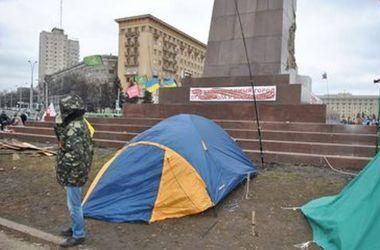 Палаточный городок экстремистов  в Харькове охраняют женщины