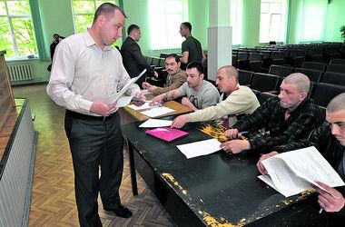 В спецотряды киевской милиции записываются трактористы и симпатичные девушки