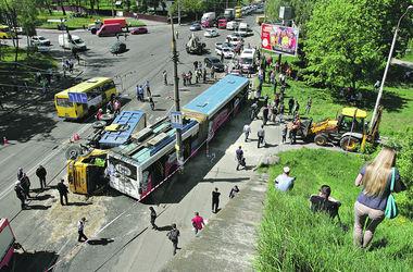 Подробности столкновения грузовика и троллейбуса: дети выжили чудом