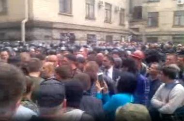 В Луганске требуют от милиции сдать оружие и ехать домой