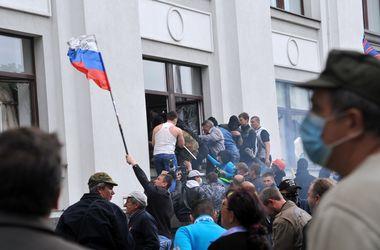 Последствия захвата ОГА в Луганске: разбитые окна и клубы дыма