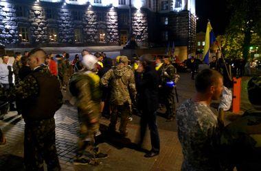 Возмущенные активисты бросают в Кабмин петарды