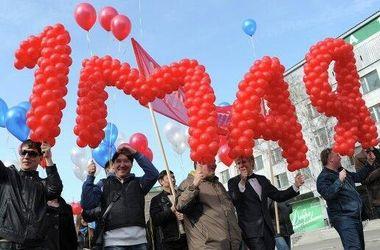 В Москве первомай встречают лозунгами о захваченных городах Украины