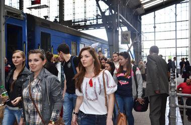 Во Львове донецкую молодежь встречали в вышиванках