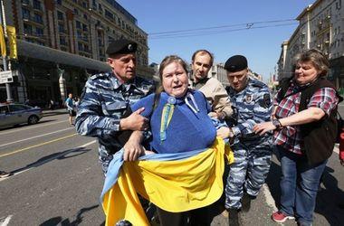"""В Москве арестовали активистов за флаг Украины и лозунг """"Героям слава!"""""""