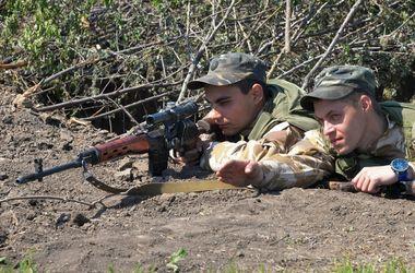 Снайперы отрабатывают технику скоростной стрельбы в полевых условиях