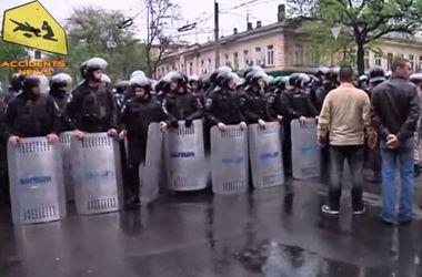 В Сети появилось видео бегства одесских милиционеров при штурме горУВД