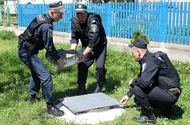 Под Киевом милиционеры спасли малыша, упавшего в канализацию