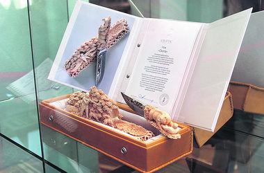 Из музея подарков в КГГА украли серебро, ножи и сабли