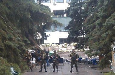 Горсовет Мариуполя оцеплен военными, слышны автоматные очереди, есть раненый